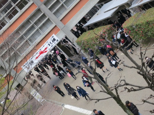 the entrance examination participants thronged together, leaving the campus ... (photo: henri daros)